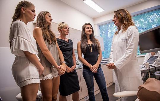 Mamoložka Renáta Kalajová dívkám a ředitelce soutěže vysvětluje, jak je důležité začít s prevencí.