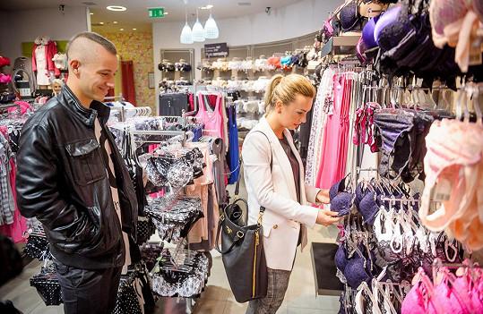 Nakonec vyrazili do obchodního centra na nákupy. Markéta provokovala výběrem spodního prádla.