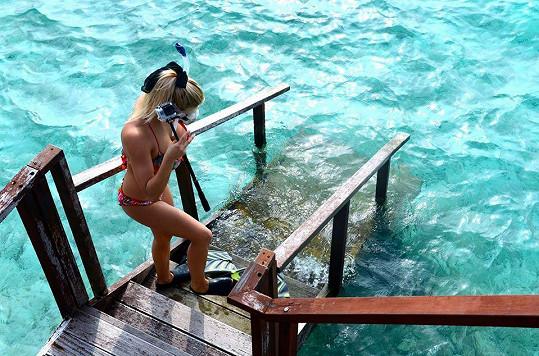 Do vody mohla vklouznout rovnou ze své vodní vilky.
