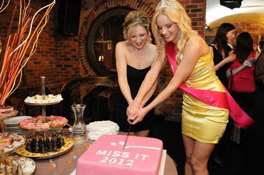 Jana Vitoušková po svém vítězství na Miss IT 2012 krájí dort.