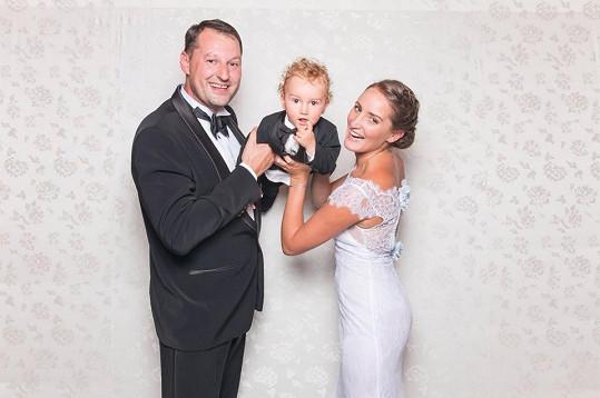 Dominika s manželem Robertem a synem Robíkem a jejich svatební foto