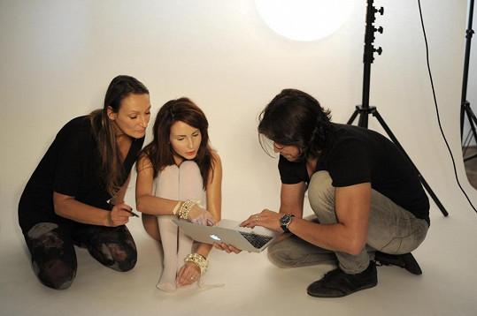 Veronika s fotografem Danielem Zahrádkou a vizážistkou a stylistkou Claudií Marčekovou