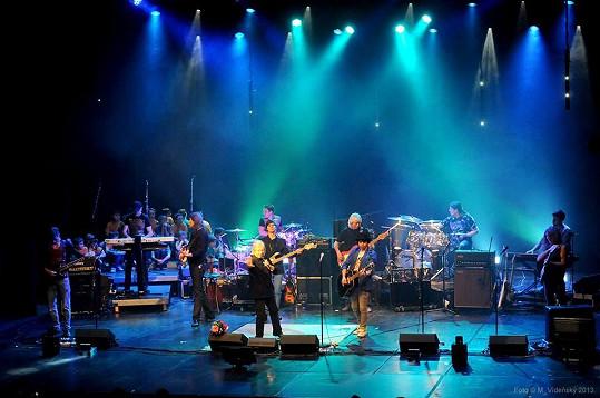 FiHA vystupovala jako host na Neckářově koncertu v Hybernii.