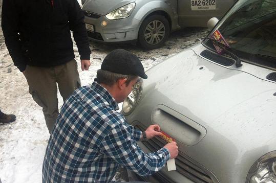 Aleš Háma s kolegy polepili auto Moniky Absolonové taxikářskými logy.