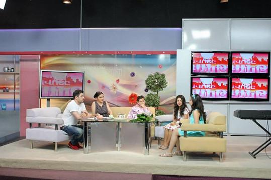 V Arménii se účastnila i natáčení televizních pořadů.