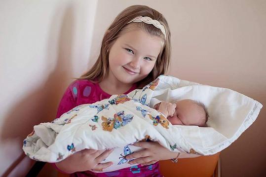 Nikolka s malou sestřičkou Kristýnkou