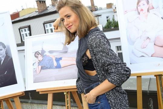Emma na představení snímků nechtěně ukázala, jakou nosí podprsenku.