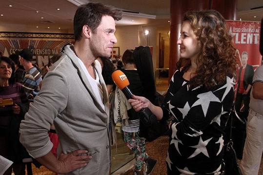 Moderátor při rozhovoru s Andreou Košťálovou pro VIP zprávy.