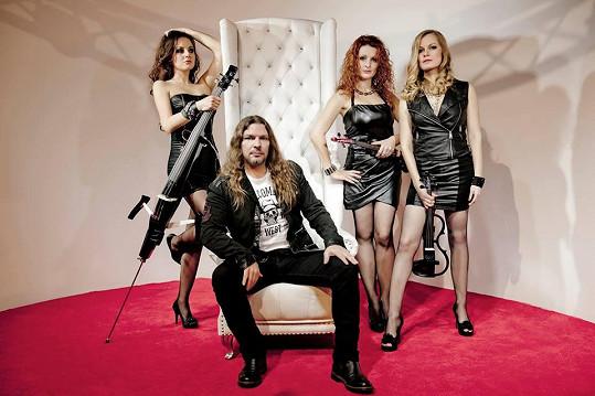 Markéta s kapelou Inflagranti, místo Pepy Vojtka je na snímku Petr Kolář.