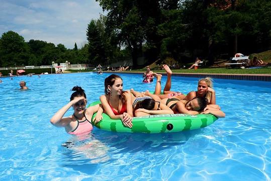 Holky byly v létě u vody hodně často.