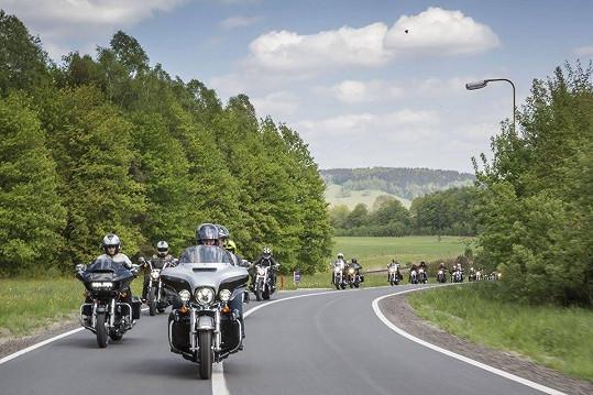 Cestu z Prahy do Ostravy si užilo na desítky harleyářů.