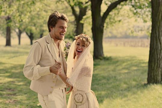 Vojta Dyk a Táňa Vilhelmová si vybrali romantické datum na prvního máje. Pár se rozhodl pro svatbu až po devíti letech vztahu, kdy vychovávali šestiletého syna Aloise.