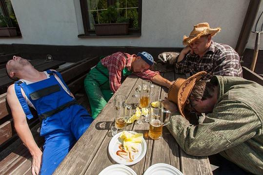 Martin s přáteli při natáčení videoklipu