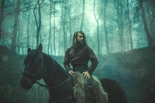 Na place překvapil tím, že umí jezdit na koni.