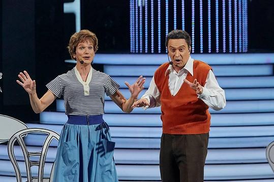 Dalibor Gondík a Tomáš Matonoha jako Irena Kačírková a Josef Bek s písní Dáme si do bytu