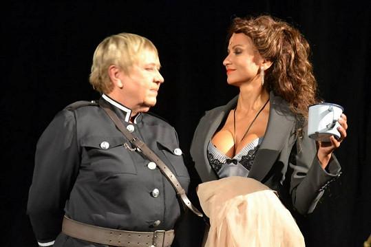 Yvetta Blanarovičová vystaví před zraky diváků své vnady.