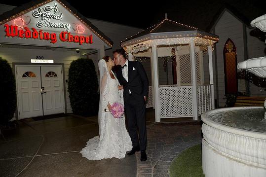 V Las Vegas se minulý týden provdala za dlouholetého přítele Reného Mayera.
