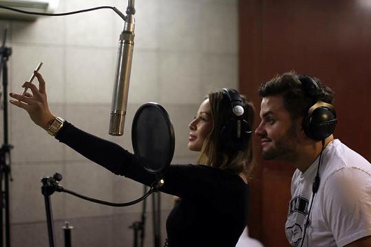 V nahrávacím studiu během natáčení písně
