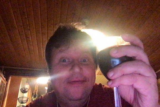Jen co se za Dominikou v Helsinkách zabouchly dveře, Timo se začal utápět v alkoholu, což na sociálních sítích ihned všichni zjistili, když začal psát nesrozumitelné statusy a přidávat fotky s vínem.