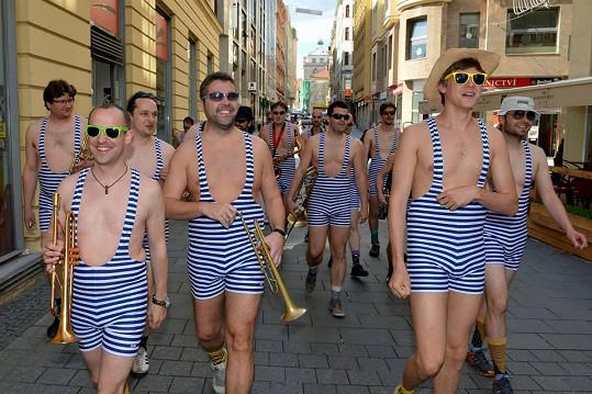 Vojta Dyk se v retro plavkách procházel ulicemi Brna.