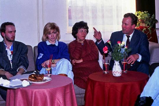 Iveta Bartošová s šéfem fanklubu Petrem Mráčkem (vlevo), maminkou Svatavou a tatínkem Karlem na setkání fanklubu v Rožnově pod Radhoštěm