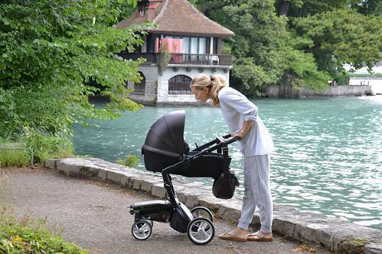Veronika si užívá procházky se synem.