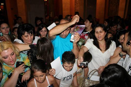 Po koncertě fanoušci šíleli po jejím podpisu.