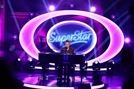 Laco hned po získání šeku divákům zazpíval a zahrál na klavír.