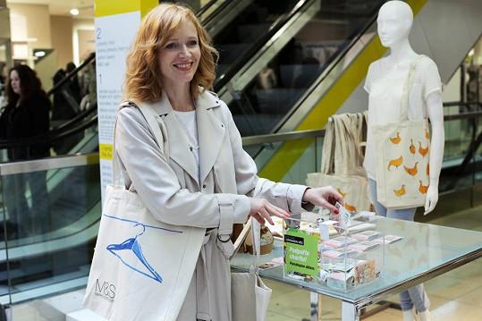 Zákazníci si mohli ve všech českých prodejnách zakoupit jednu z designových látkových tašek za 100 korun nebo magnety za 20 korun. Na dobrou věc putovala celá částka z prodeje.