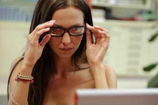 Musí se nechat, že jí to v brýlích sekne.