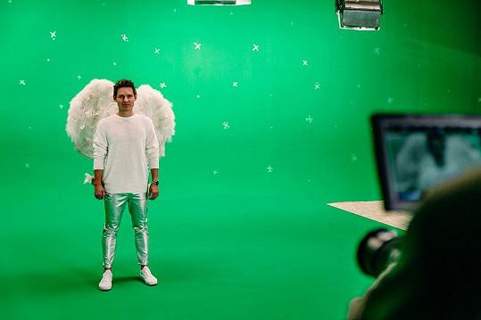 Při natáčení klipu před zeleným pozadím.