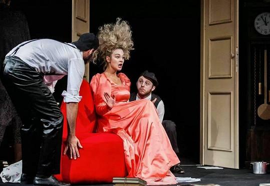 Bára řádí na jevišti v roli muže i ženy.