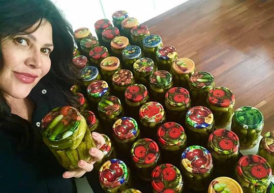Ilona zavařila 82 sklenic s okurkami.