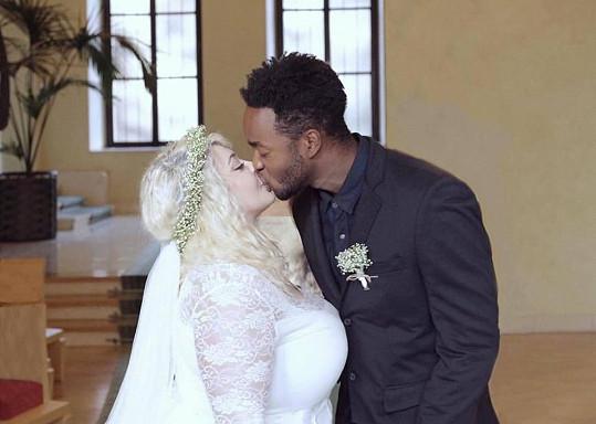 Dannie s manželem Albertem a jejich svatební polibek