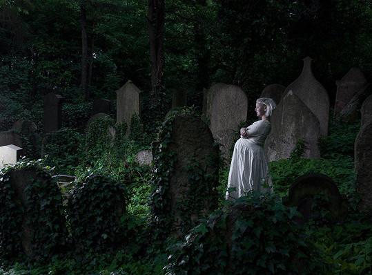 Léna Brauner na židovském hřbitově pár dní před porodem.