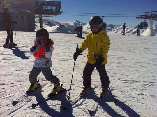Jasmínka i Daník jsou už kovaní lyžaři.