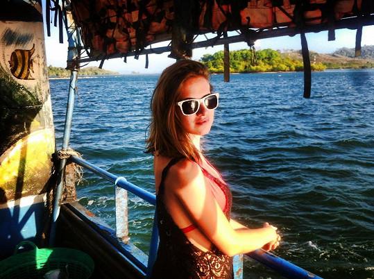 Emma na výletu lodí.