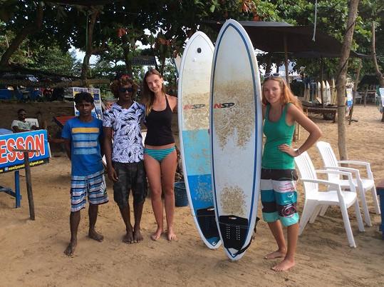 Monika se sestrou a také se svým učitelem surfování