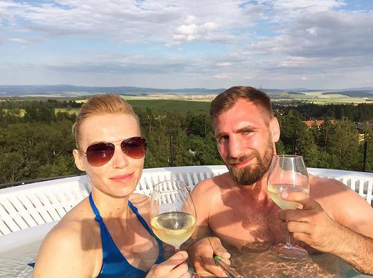 Hanka relaxovala ve vířivce společně se svým snoubencem Andrém.