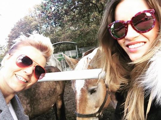 Zuzana Jandová s kamarádkou na koňské farmě