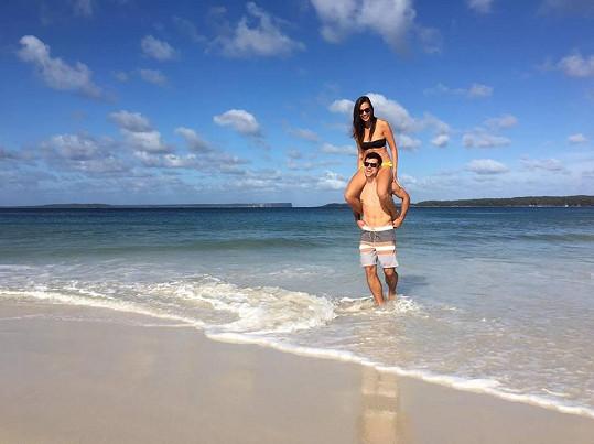 S přítelem dovádí na pláži.