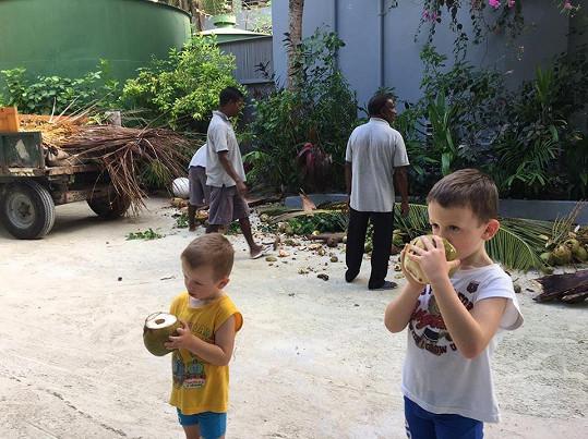 Kluci dostali od místních mladý kokos.