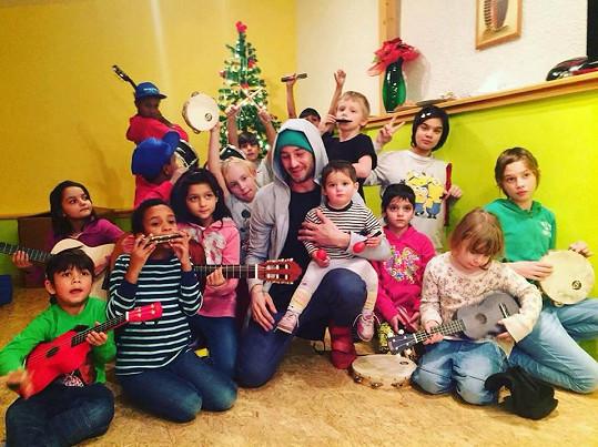 A tady je mezi dětmi z dětského domova, kde vyučuje.