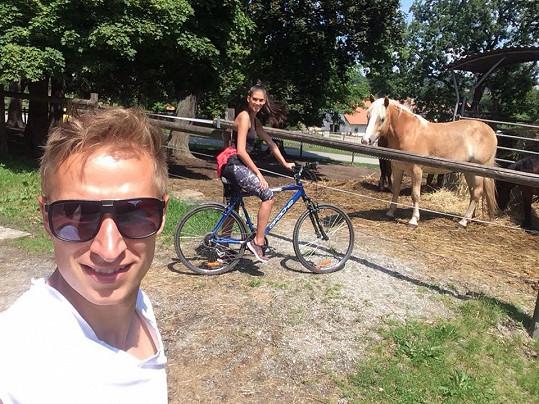 Michal je na svou přítelkyni pyšný.