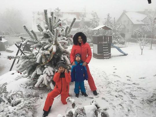 """Do Soběšic u Brna dorazila sněhová nadílka. """"Vymódili jsme se do barev, aby nás Ježíšek neminul,"""" napsala Ilona."""