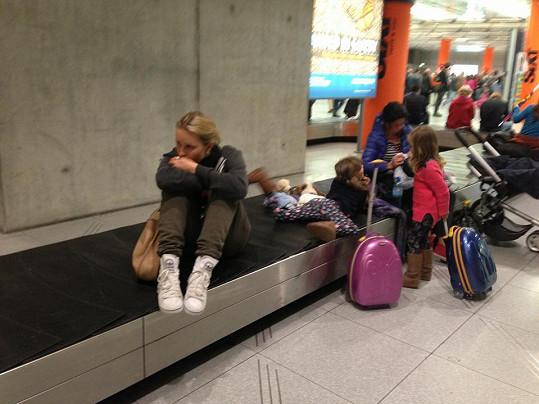 Simona s manželem a přáteli marně čekali v Kolíně nad Rýnem na letišti na další let.