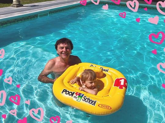 Doma u bazénu je Pavlovi a Maxmiliánovi nejlépe.
