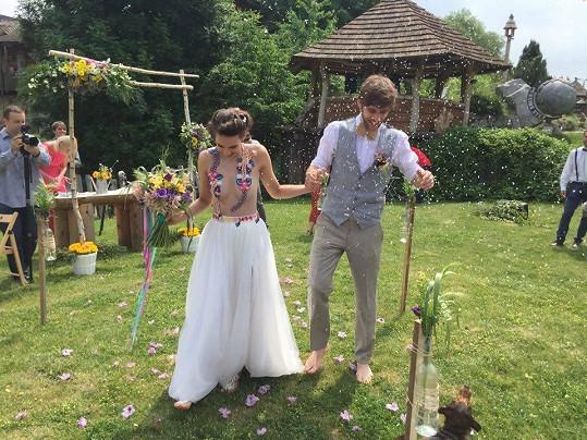 Svatbu měli letos v létě.