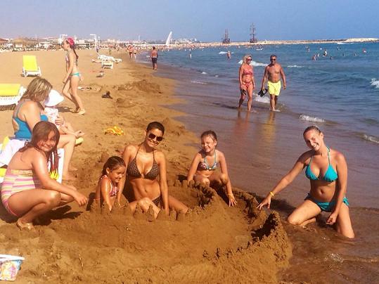 Vlaďka stavěla i hrady z písku.