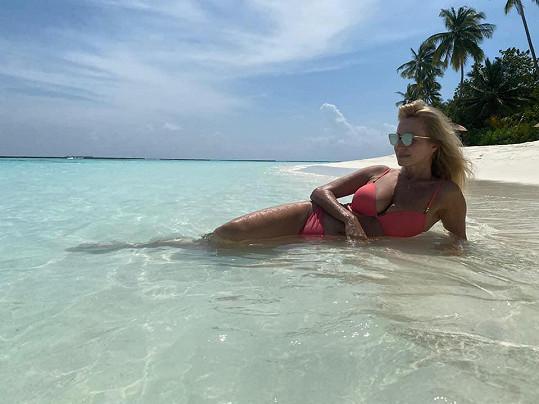 Takhle si užívala relax na Maledivách.